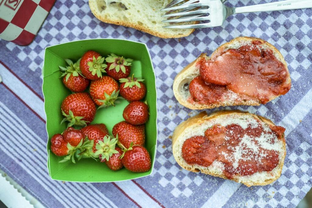 … Aime partager une tradition familiale avec une nouvelle amie – Hélène et les tartines de fraises au sucre